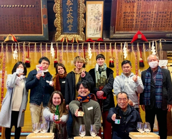 在神社進行日本酒試飲講座